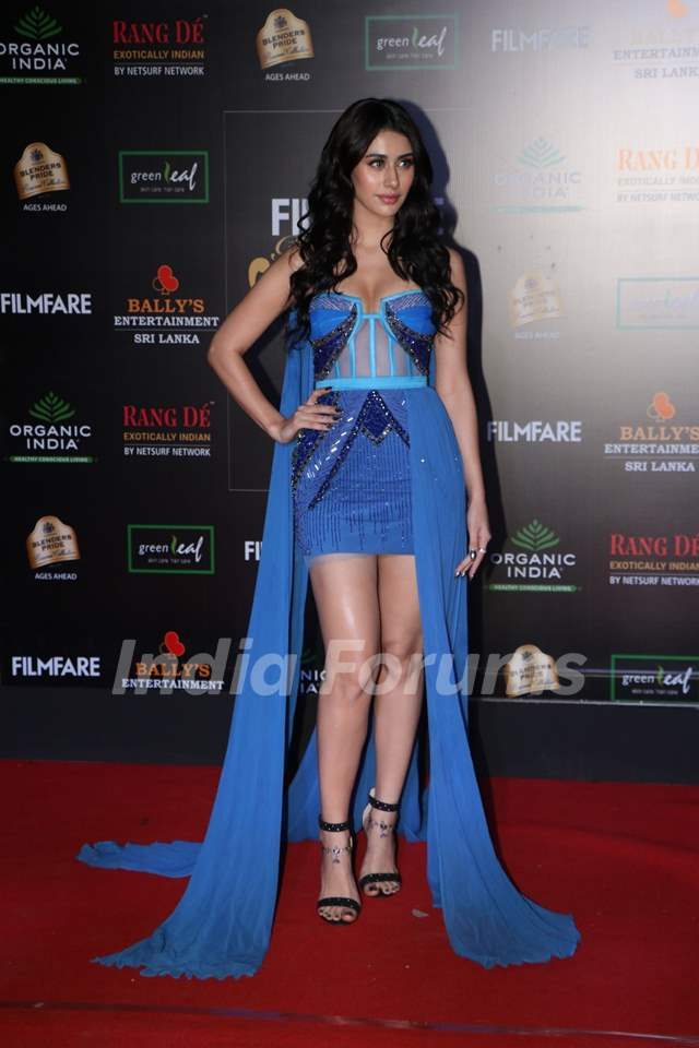 Warina Hussain papped at the Red Carpet of Filmfare Glamour and Style Awards 2019