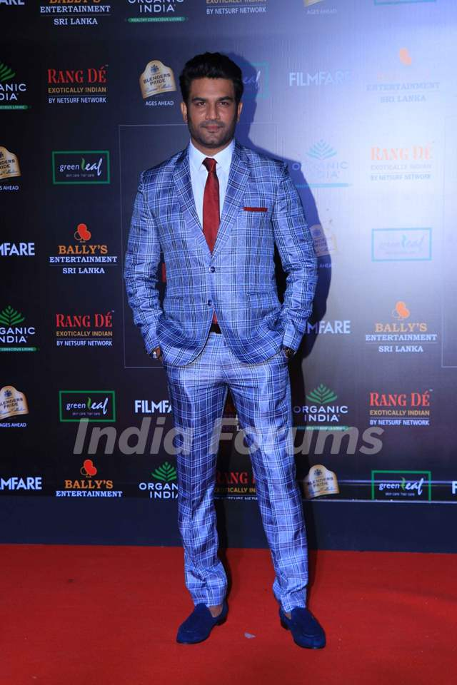 Sharad Kelkar papped at the Red Carpet of Filmfare Glamour and Style Awards 2019