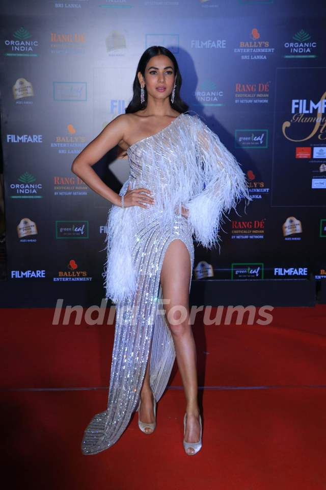 Sonal Chauhan papped at the Red Carpet of Filmfare Glamour and Style Awards 2019