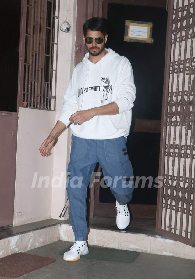 Sidharth Malhotra spotted outside a dubbing studio