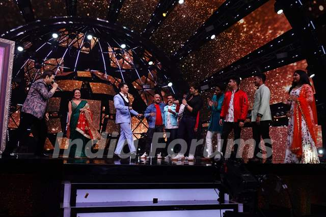Kumar sanu with neha, Aditya, Vishal Dadlani and Himesh Reshammiya and the contestants of Indian idol