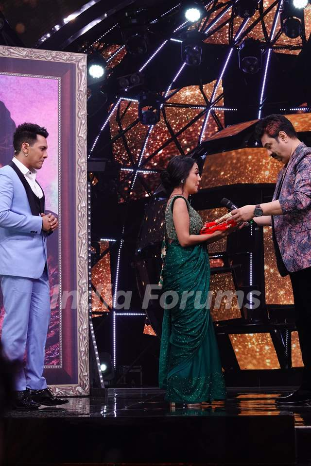 Kumar Sanu gifting Chunri to Neha on Indian Idol 11