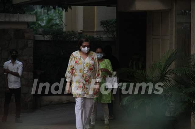 Kareena Kapoor Khan snapped with mother Babita Shivdasani and sister Karisma Kapoor