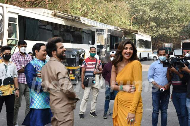 Shilpa Shetty and Rithvik Dhanjani snapped behind the sets of Super Dancer Chapter 4