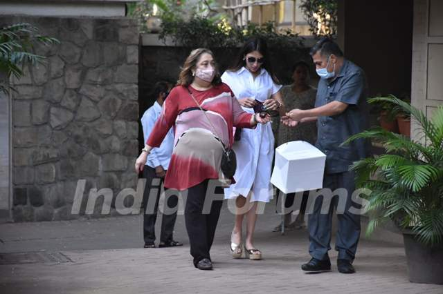 Babita Kapoor at Kareena Kapoor's house, Bandra