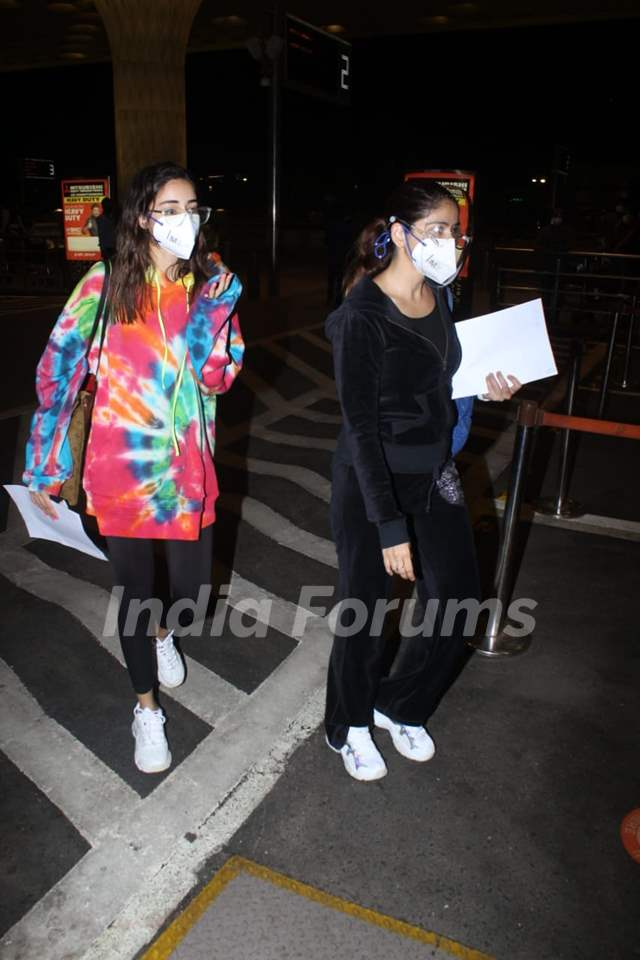 Ananya Panday spotted with mom Bhavana Pandey at the airport