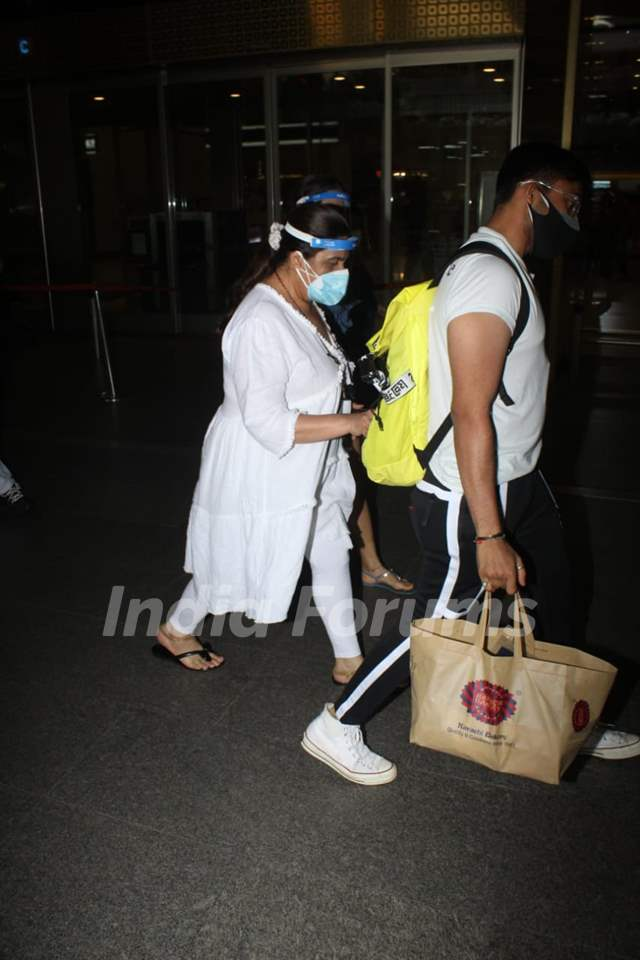 Amrita Singh spotted at Mumbai airport