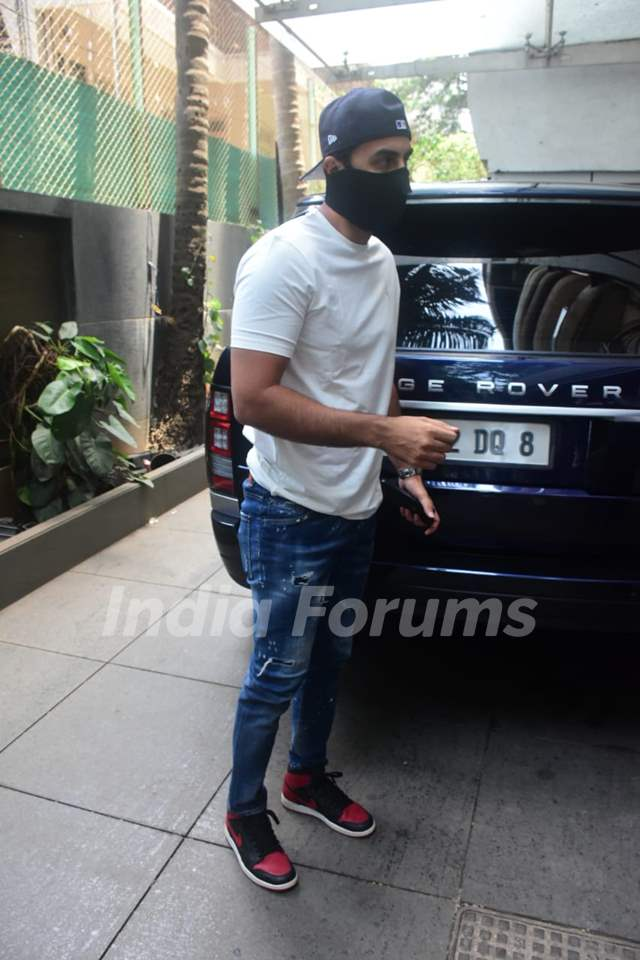 Ranbir Kapoor spotted at mom Neetu Kapoor's house for Rishi Kapoor's death anniversary puja!