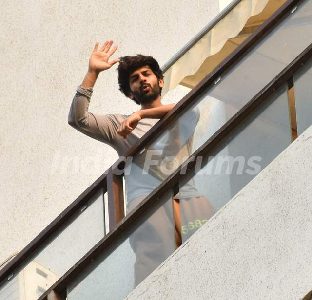 Kartik Aaryan snapped in his balcony in Juhu