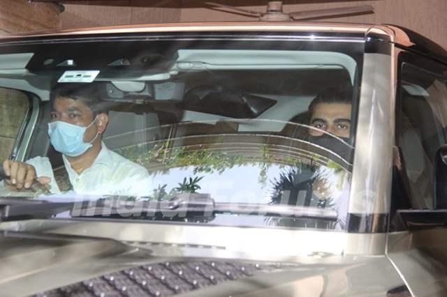 Arjun Kapoor snapped visiting Malaika Arora