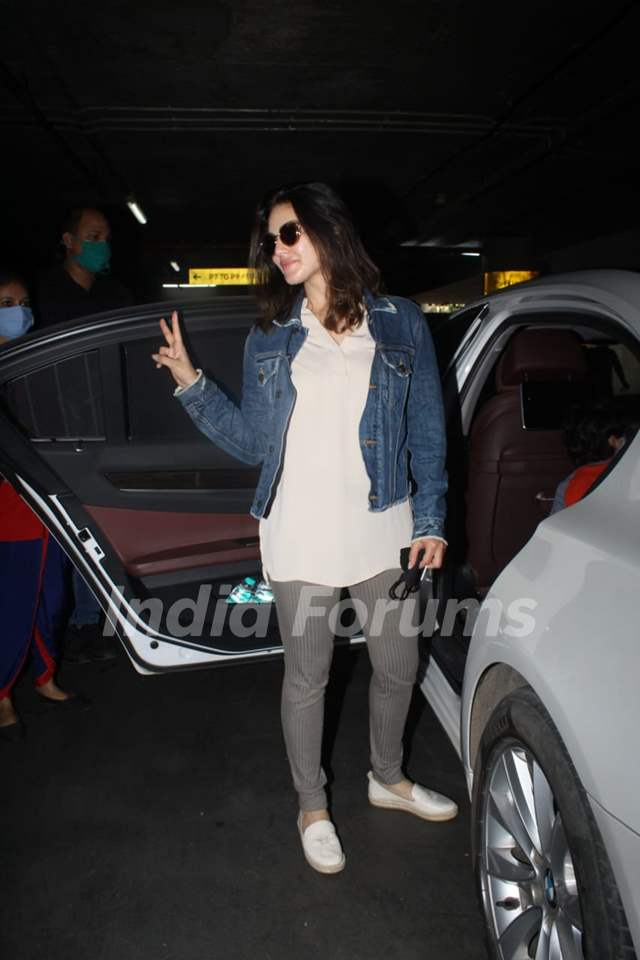 Sunny Leone and her family spotted arriving at Mumbai airport