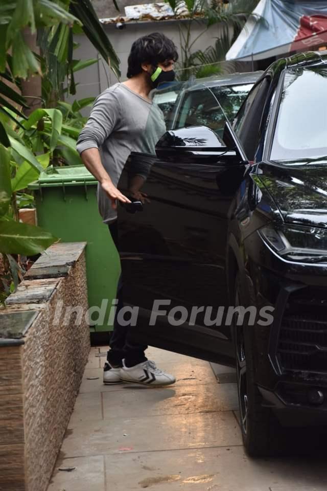 Kartik Aaryan snapped at producer Murad Khetani's house in Juhu