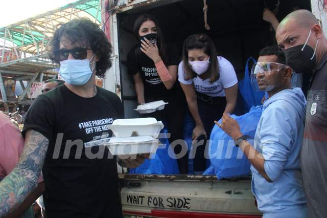 Sunny Leone snapped distributing food in Bandra, Mumbai!