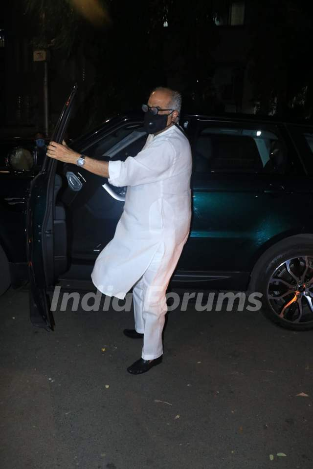 Janhvi Kapoor and Boney Kapoor snapped visiting Anshula Kapoor at Hinduja Hospital