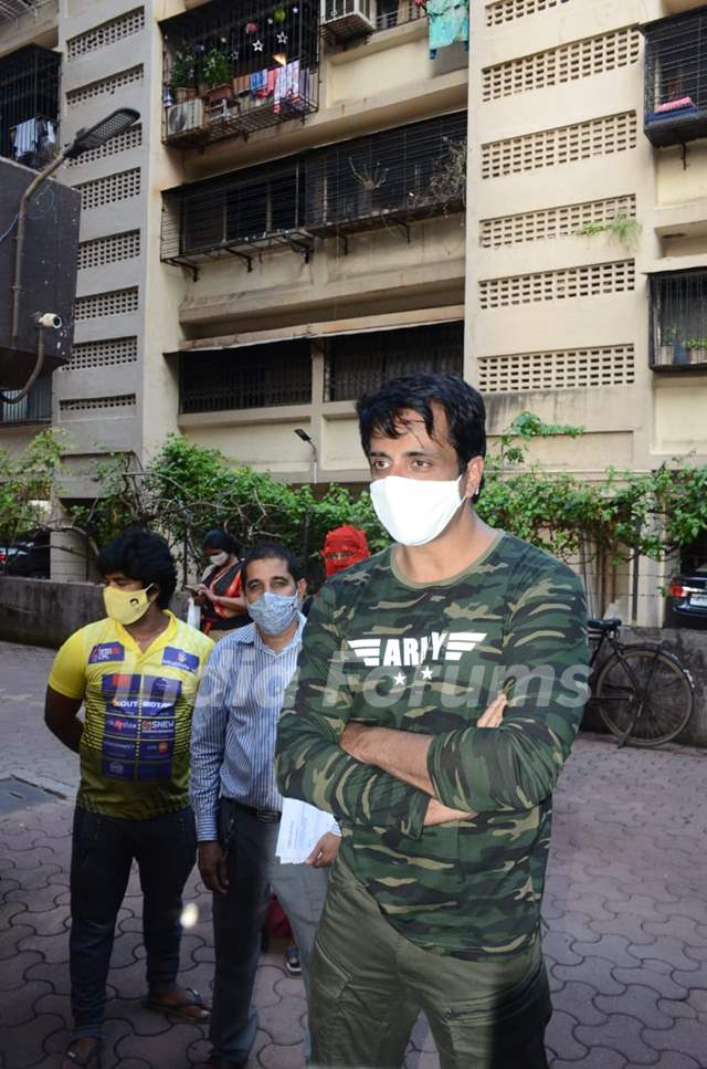 Sonu Sood spotted meeting the needy outsider his house