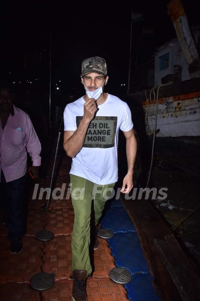 Sidharth Malhotra snapped at Versova Jetty