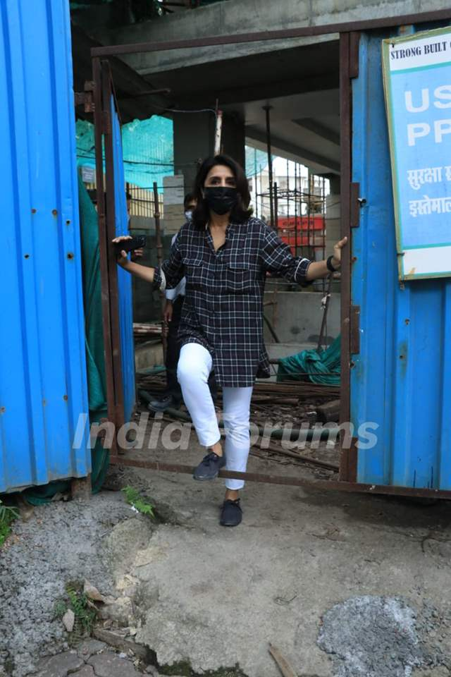 Neetu Kapoor snapped at her under-construction house in Bandra