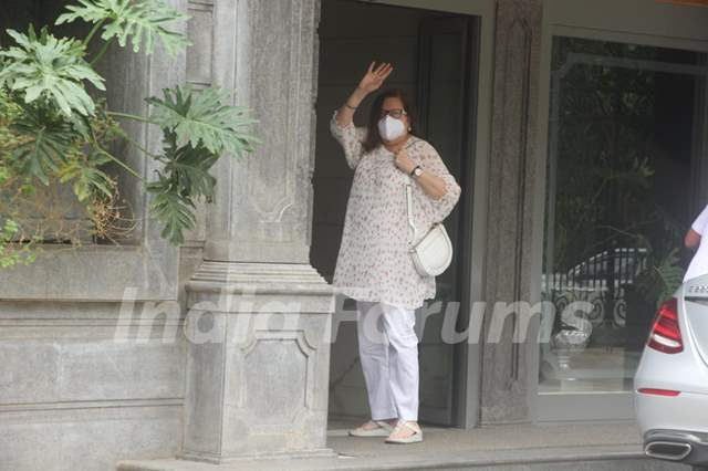 Babita Kapoor snapped at Randhir Kapoor's house in Bandra