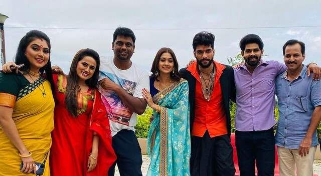 Cast and crew of 'Mehndi Hai Rachne Wali'.