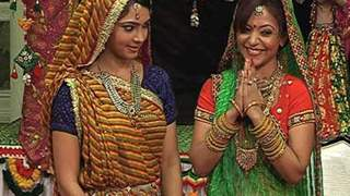Sushila and Tejal perform Kathputli dance in Ek Dusre se Karte Hai Pyar Hum