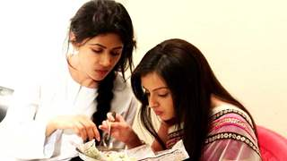 Shrenu And Sheetal Enjoy Eating Bhel